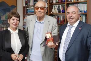 Narekatzi-Medaille an Yasar Kemal (Mitte)